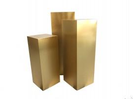 Set di alzate cubiche colore oro. Set composto da 3 pz, alt. 100/75/65 cm