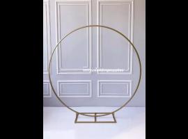 """Struttura """"Event"""" a forma di cerchio in metallo. Misura 80 x 15 x 80 cm. Colore oro"""