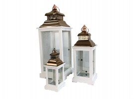 "Lanterna ""Santorini"" set da 3pz. Misure: 20x20x53,5cm - 15x15,3x36,5cm - 11x11x24,5cm."